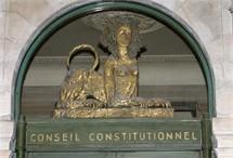 Un nouveau membre du Conseil constitutionnel (M. CHARASSE pour ne pas le nommer) confond le principe d'indépendance des universitaires en visant un prétendu principe d'inamovibilité... et le Parlement l'écoute.  Le Pr. GUGLIELMI s'indigne.