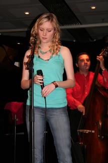 Fredrika STAHL est musicienne et interprète, suédoise mais très française, chante en anglais en vivant à Paris... et le juridique ?